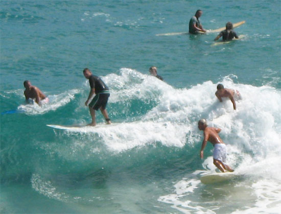 travel-byron-bay-australia-surfers